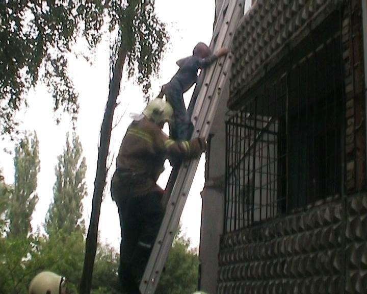 В Сумах 9-летний мальчик собирался спрыгнуть с балкона (ФОТО+ВИДЕО) (фото) - фото 1