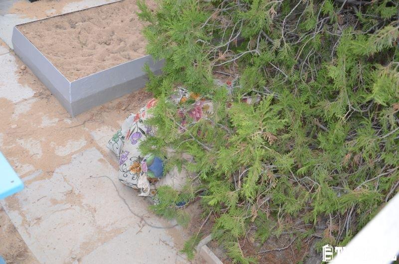На христианском кладбище в Актау сжигают могилы и проводят сомнительные ритуалы (фото) - фото 8