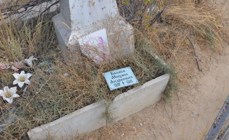 На христианском кладбище в Актау сжигают могилы и проводят сомнительные ритуалы (фото) - фото 6