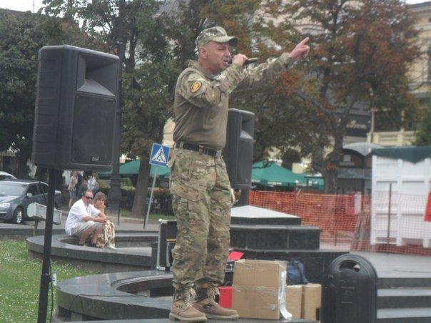 У центрі Львова військовий заспівав зворушливі пісні про війну (ФОТО+ВІДЕО) (фото) - фото 1
