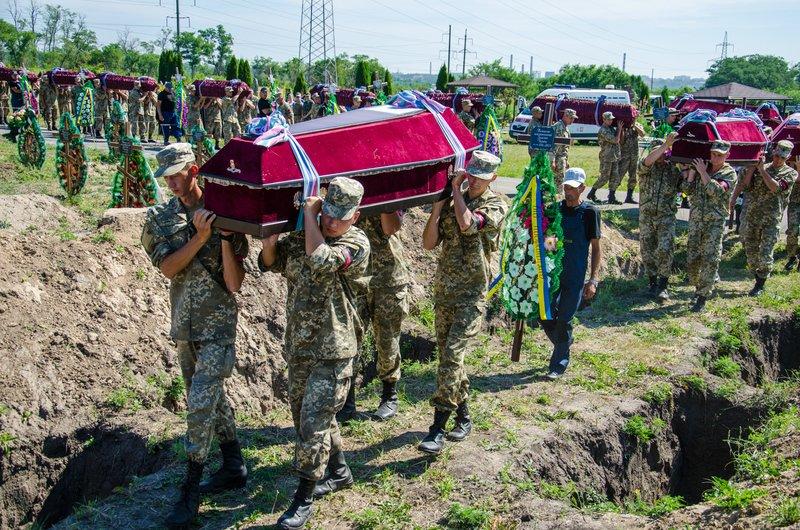 Днепропетровщина попрощалась с 16 неизвестными бойцами АТО (фото) - фото 6