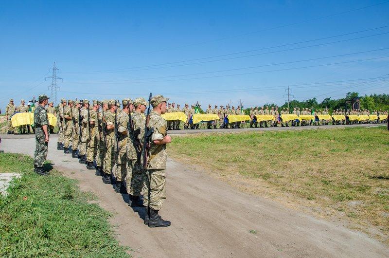 Днепропетровщина попрощалась с 16 неизвестными бойцами АТО (фото) - фото 5