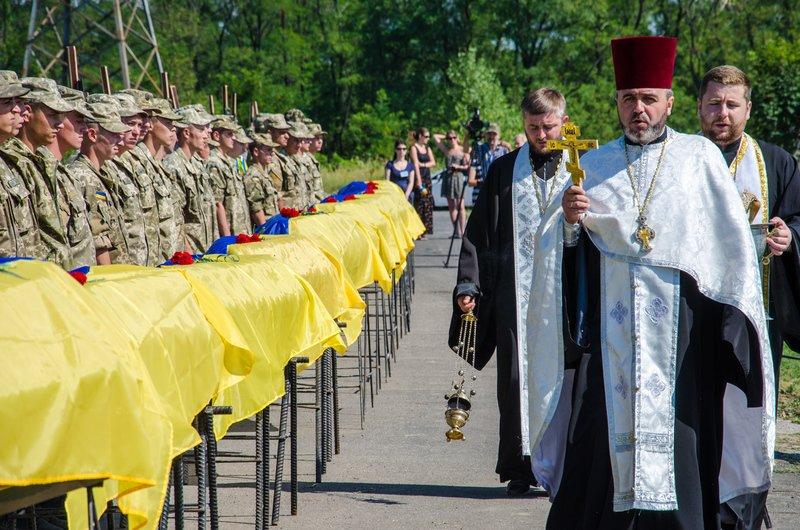 Днепропетровщина попрощалась с 16 неизвестными бойцами АТО (фото) - фото 3
