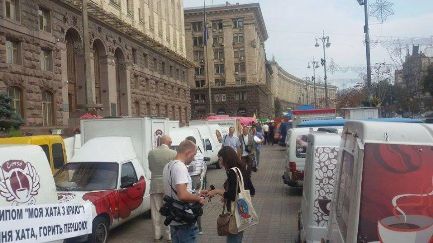 В Киеве автокофейни частично заблокировали пешеходный проход под КГГА (ФОТОФАКТ) (фото) - фото 1