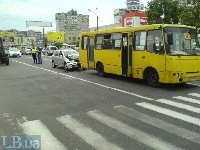 В Киеве «Шкода» на полном ходу врезалась в маршрутку (ФОТО) (фото) - фото 3