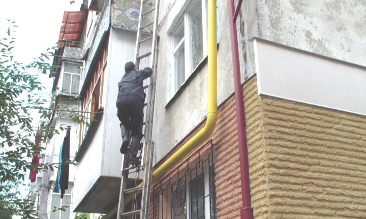 Мешканець Конотопа майже добу знаходився в непритомному стані у власній квартирі після удару головою об шафу (фото) - фото 1