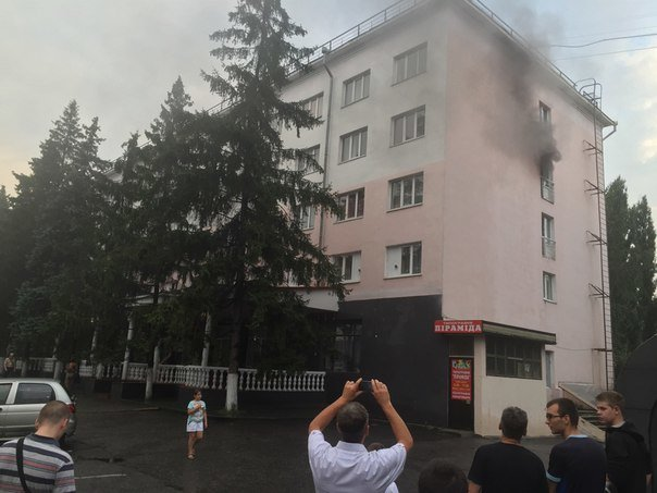 Сегодня вечером горела гостиница «Днепровские зори» (ФОТО) (фото) - фото 1
