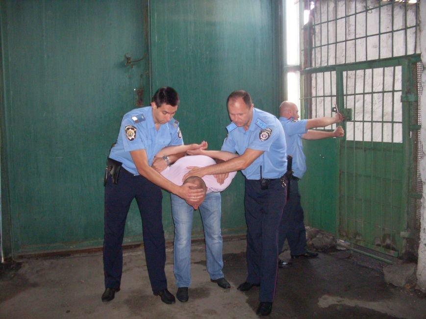 Готовность правоохранителей к нападению задержанных и взятых под стражу лиц (фото) - фото 1