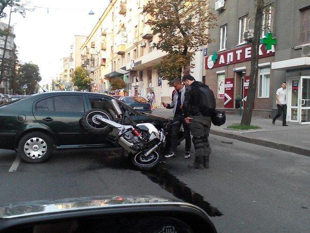 В центре Харькова мотоцикл протаранил легковушку (ФОТО) (фото) - фото 1