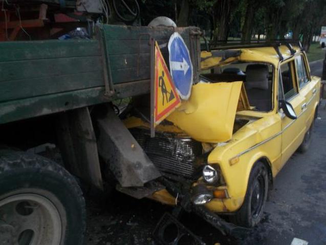 В Харькове пьяный водитель врезался в автовышку (ФОТО) (фото) - фото 1