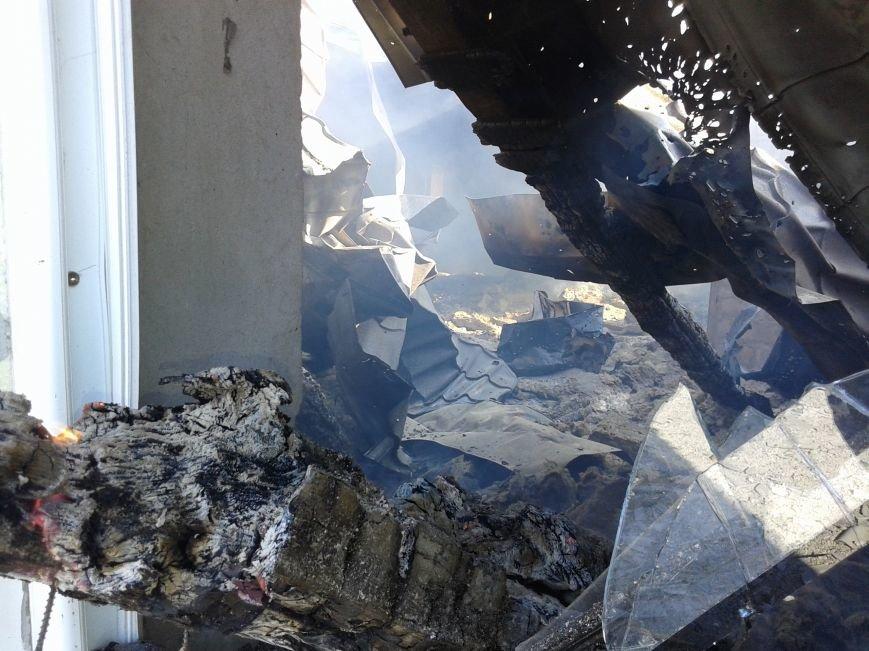 Последствия ночного обстрела Станицы Луганской - ранен военный, сгорело три дома и машина (ФОТО), фото-1
