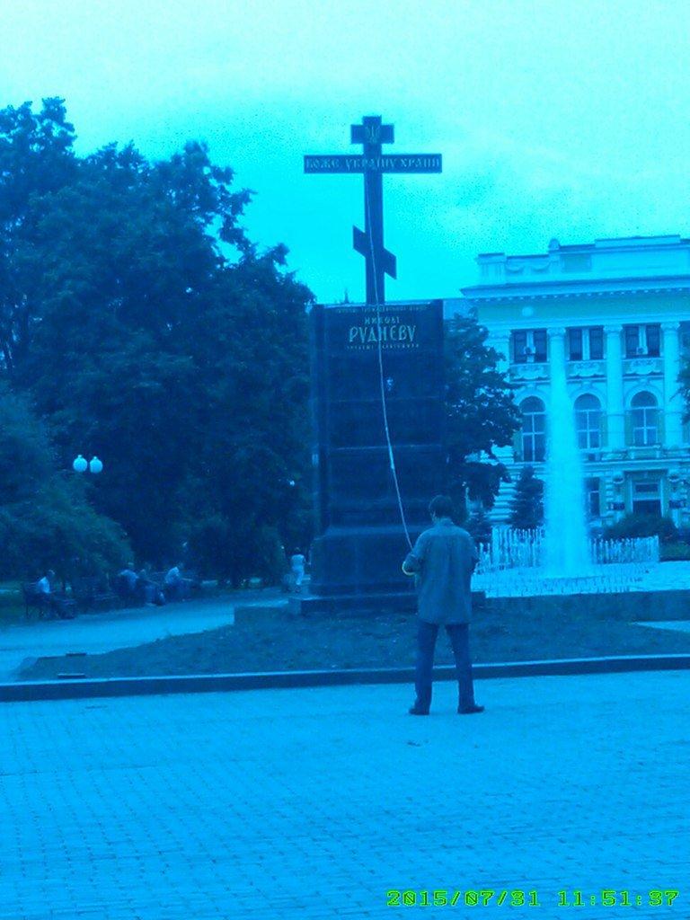 На Площади Руднева пытались снеси крест, который установили вместо памятника (ФОТОФАКТ) (фото) - фото 1