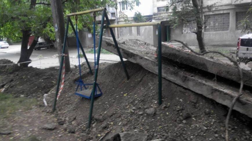 """Дитячий майданчик на Проспекті Незалежності у Чернівцях """"закопали"""", фото-2"""
