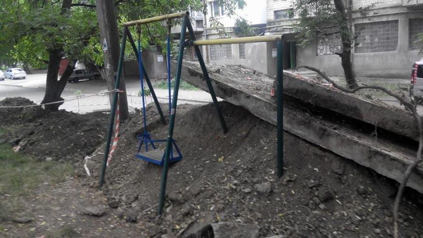 """Дитячий майданчик на Проспекті Незалежності у Чернівцях """"закопали"""", фото-1"""