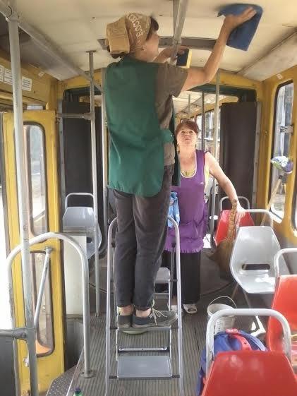 Львівські трамваї та тролейбуси миють у дві зміни (ФОТО) (фото) - фото 4