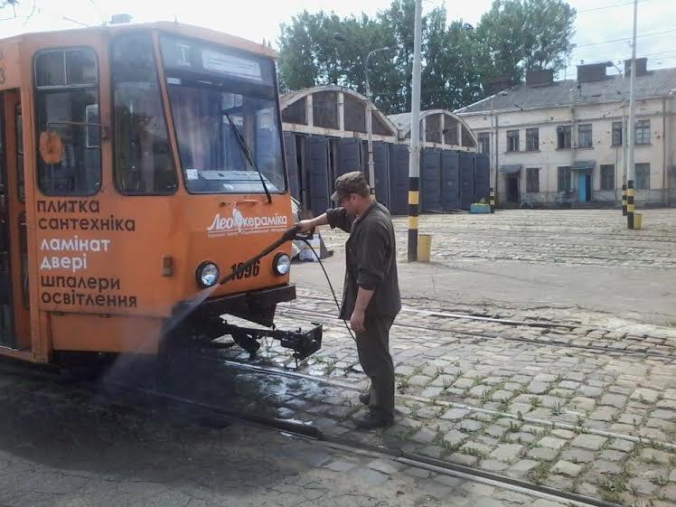 Львівські трамваї та тролейбуси миють у дві зміни (ФОТО) (фото) - фото 7