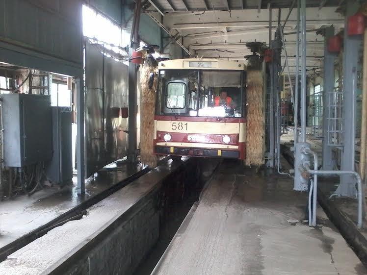 Львівські трамваї та тролейбуси миють у дві зміни (ФОТО) (фото) - фото 2