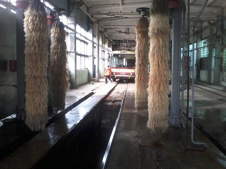 Львівські трамваї та тролейбуси миють у дві зміни (ФОТО) (фото) - фото 1