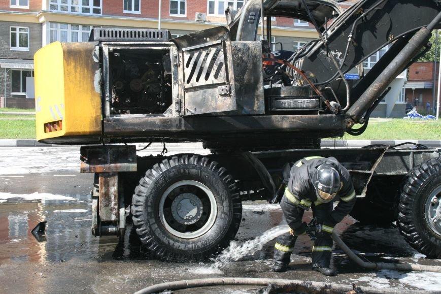 В Троицке на Октябрьском проспекте сгорел экскаватор (ФОТО), фото-1