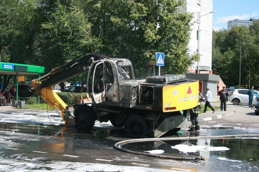 В Троицке на Октябрьском проспекте сгорел экскаватор (ФОТО), фото-2