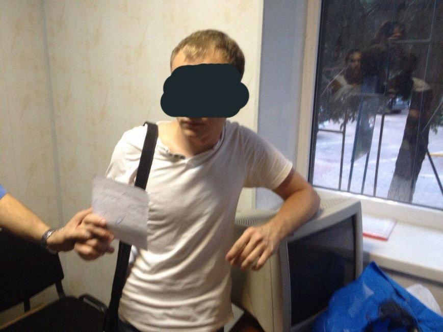 В Запорожье поймали педофила в женской одежде и вручили ему повестку в армию (ФОТО) (фото) - фото 3