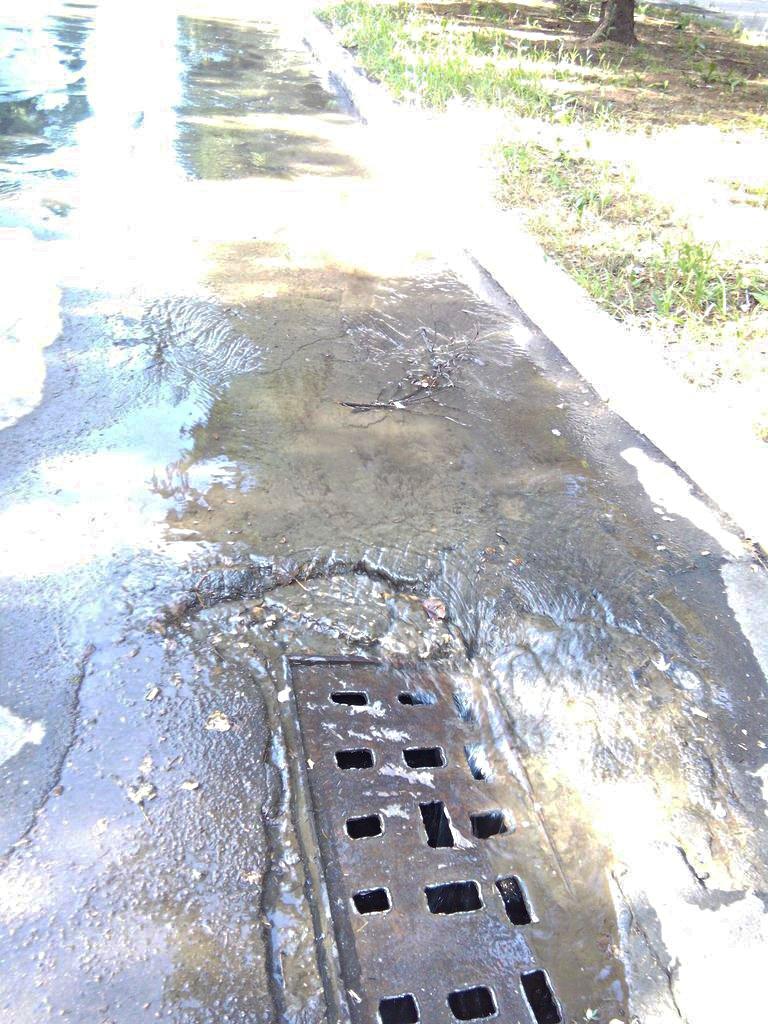 На Ингульце могоднейвный порыв трубы «Кривбассводоканала» превратился в ручей (ФОТО) (фото) - фото 1