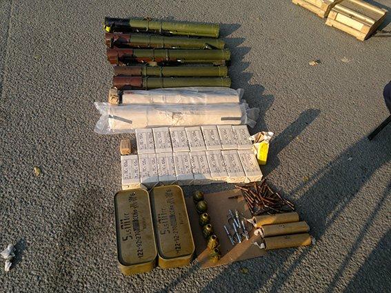 В Подгороденем в автобусе волонтеров и автомобиле военнослужащих обнаружили боеприпасы (фото) - фото 1