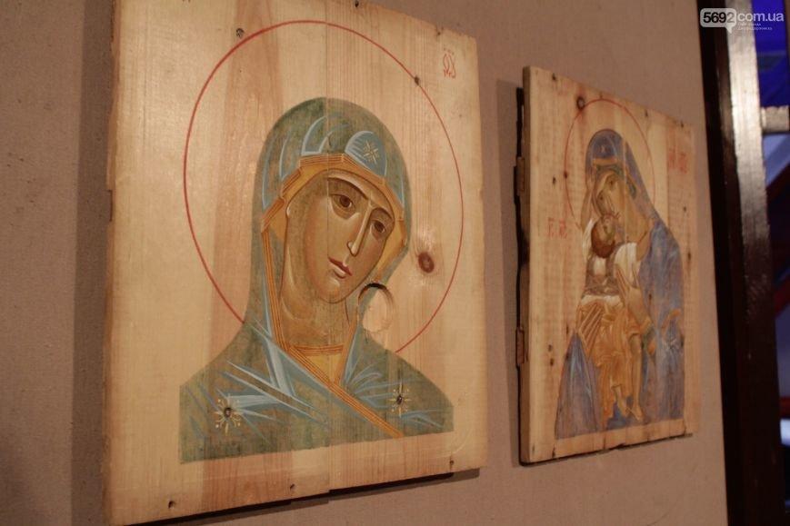 В Днепродзержинске состоялось открытие выставки икон на ящиках из-под патронов, фото-1