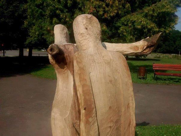 У парку культури з'явилися дерев'яні скульптури від американського митця Ліланда Біті (ФОТО) (фото) - фото 1