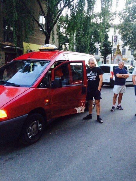 В Івано-Франківську у центрі міста зіткнулися дві іномарки (ФОТО) (фото) - фото 1