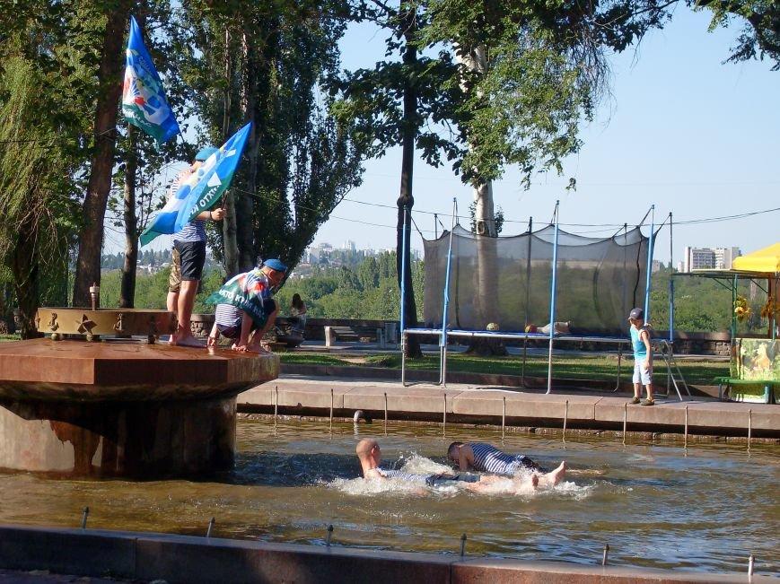Николаевские десантники в День ВДВ по традиции купались в фонтане (ФОТО) (фото) - фото 7