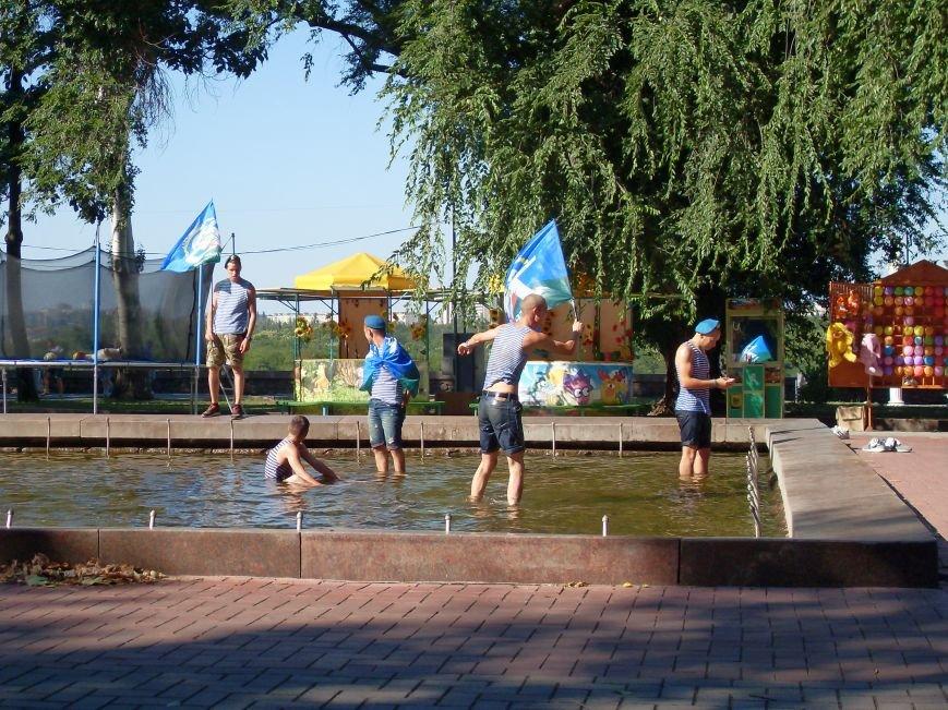 Николаевские десантники в День ВДВ по традиции купались в фонтане (ФОТО) (фото) - фото 1