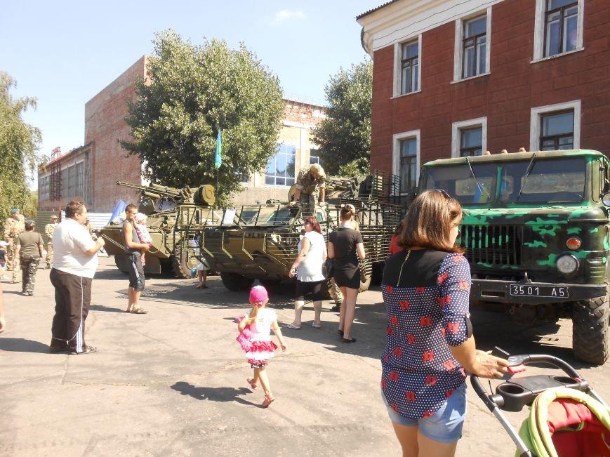 В Димитрове День ВДВ отметили парадом военной техники (фото) - фото 2