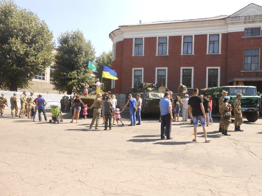В Димитрове День ВДВ отметили парадом военной техники (фото) - фото 3