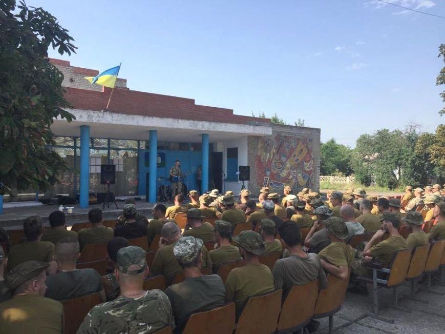 Николаевские волонтеры порадовали бойцов «аэромобилки» концертом на передовой (ФОТО) (фото) - фото 1