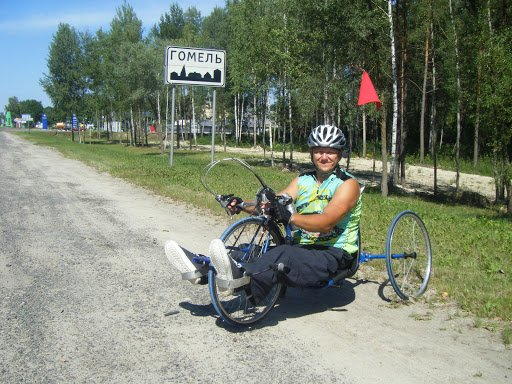 Спортсмен-колясочник из Шостки продолжает супермарафон Шостка-Могилев (ФОТО) (фото) - фото 1