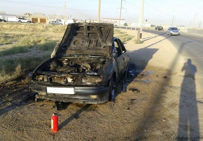 Прямо на перекрестке загорелся автомобиль в Мангистауской области (фото) - фото 1