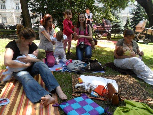 Львівські матері долучилися до Всесвітнього дня грудного вигодовування (ФОТО+ВІДЕО) (фото) - фото 1