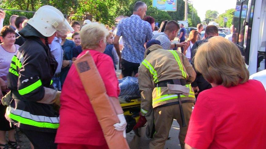 Постраждалих в результаті ДТП у Чернівцях чоловіків вирізали з автомобіля (ВІДЕО), фото-1