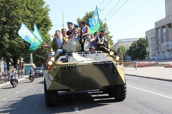 В День ВДВ десантники катались на БТРах по центру Симферополя и прыгали с парашютами (ФОТО) (фото) - фото 7