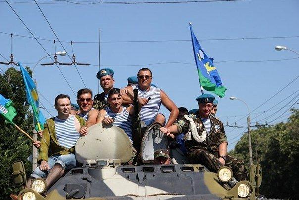 В День ВДВ десантники катались на БТРах по центру Симферополя и прыгали с парашютами (ФОТО) (фото) - фото 6