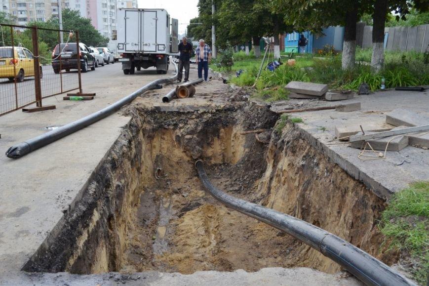 В Белгороде на улице Преображенской ведутся работы по замене изношенной водопроводной трубы, фото-1