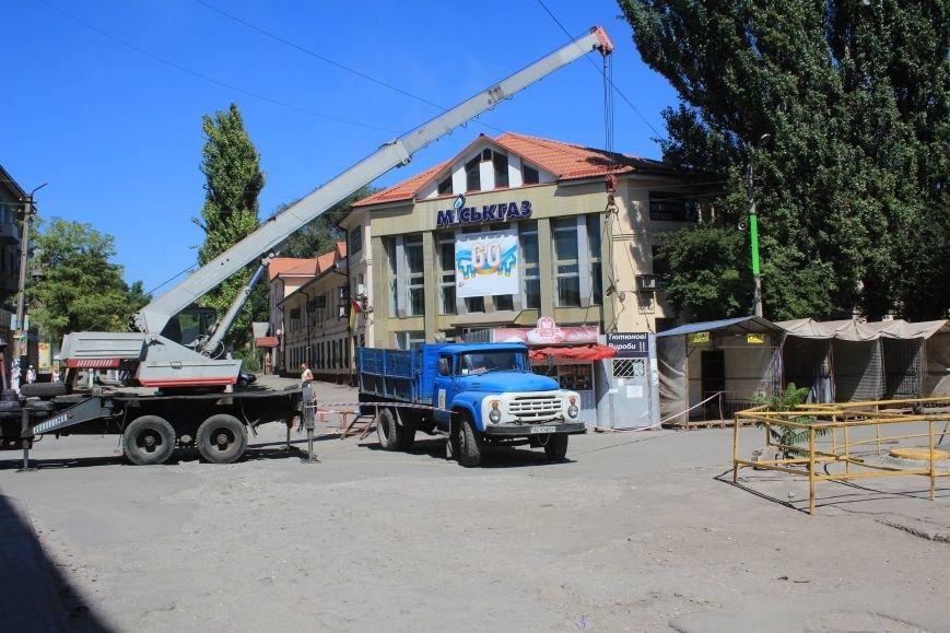 В Днепродзержинске демонтируют МАФы возле центрального рынка (фото) - фото 1