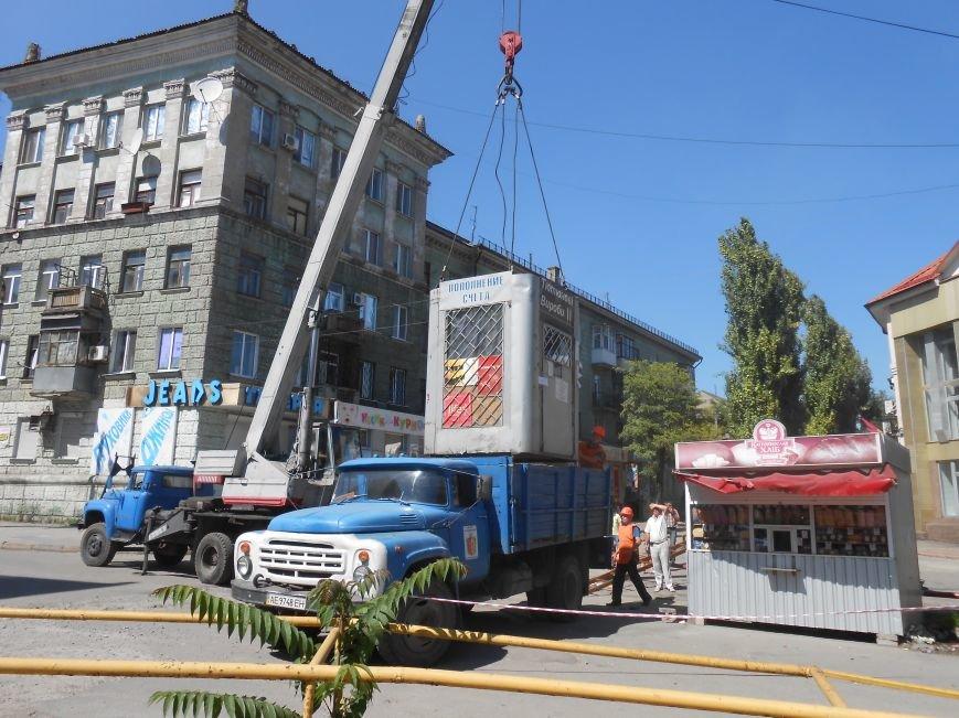 В Днепродзержинске демонтируют МАФы возле центрального рынка (фото) - фото 2
