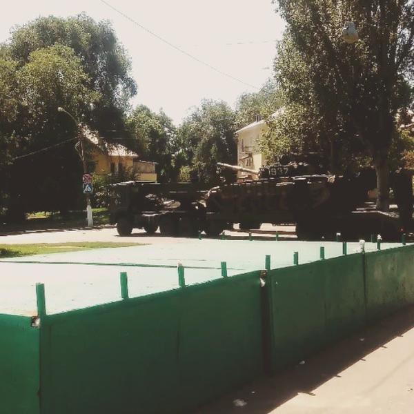 Российский танк во дворе донецкой больницы (ФОТО, ВИДЕО) (фото) - фото 1