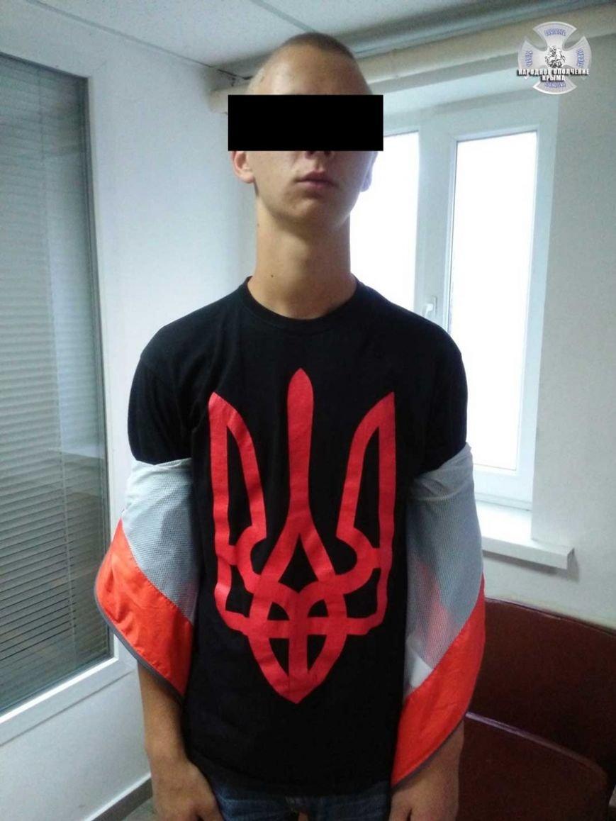 Народное ополчение: В Симферополе задержан подросток в футболке с трезубцем и наклейками с «украинским Крымом» (ФОТО) (фото) - фото 3