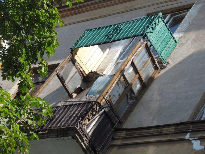 В Мариуполе коммунальщики, рискуя жизнью, ломали балкон (ФОТО), фото-3