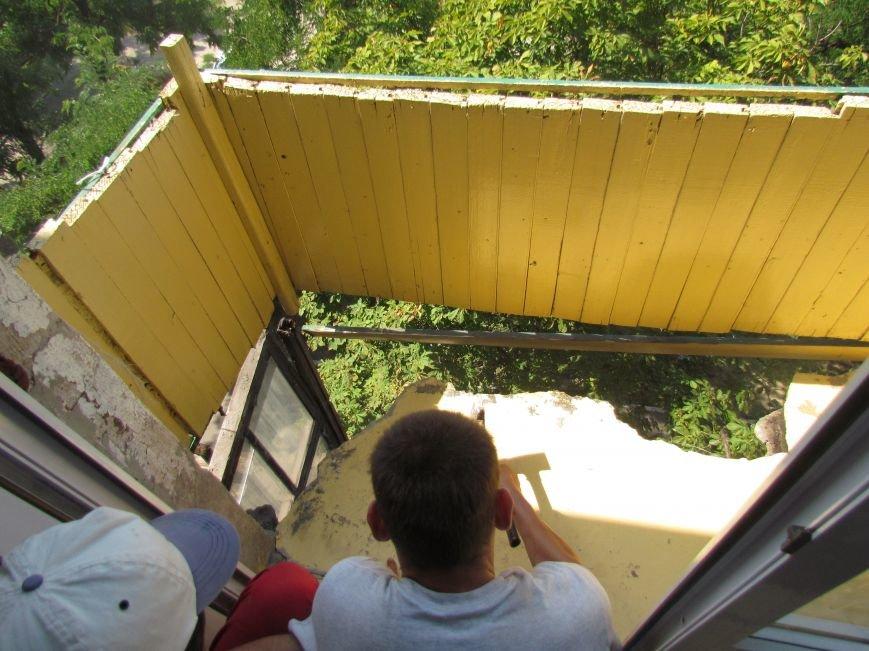В Мариуполе коммунальщики, рискуя жизнью, ломали балкон (ФОТО), фото-2