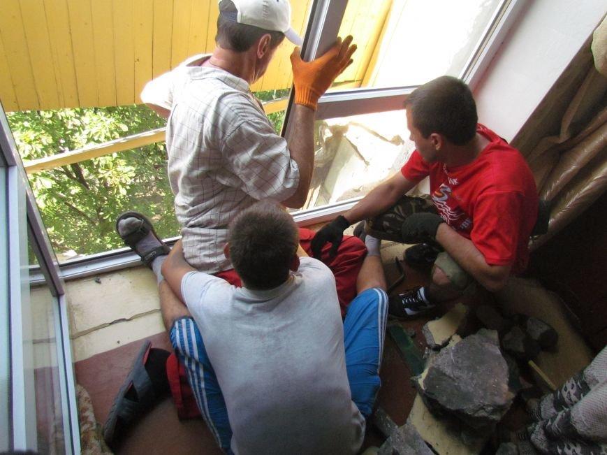 В Мариуполе коммунальщики, рискуя жизнью, ломали балкон (ФОТО), фото-6