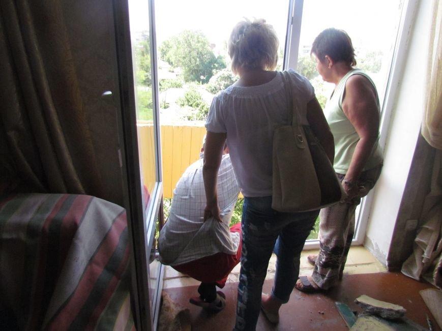 В Мариуполе коммунальщики, рискуя жизнью, ломали балкон (ФОТО), фото-5